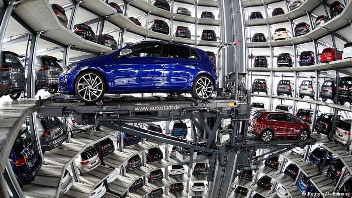 Новые автомобили VW на головном предприятии в Вольфсбурге
