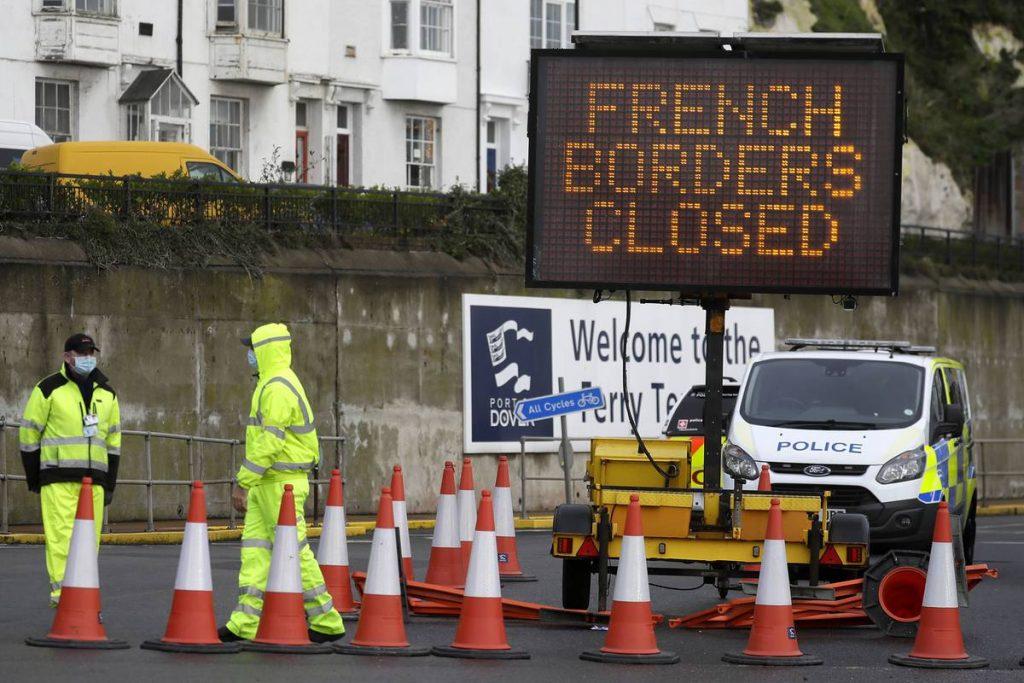 Тысячи грузовиков пересекают Ла-Манш после активизации тестирования на вирусы