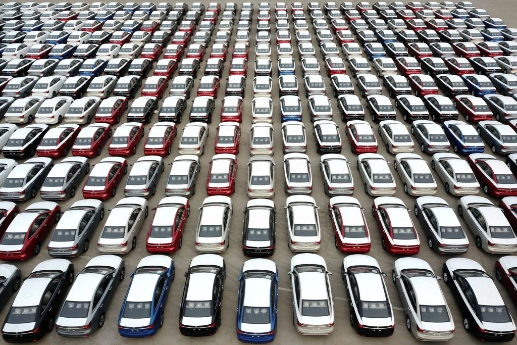 Китай намерен консолидировать переполненную индустрию электромобилей - министр