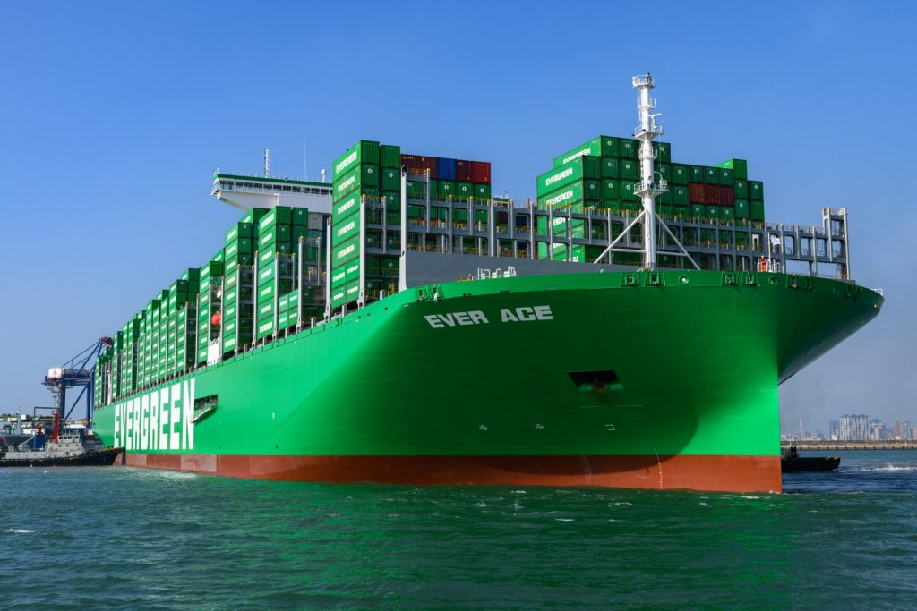 Крупнейший в мире контейнеровоз не застрял в Суэцком канале