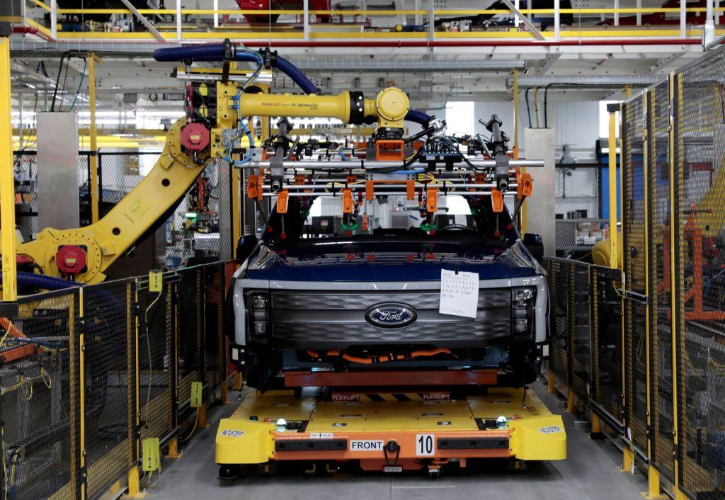 Ford просыпается, сильно обгоревший от своей индийской мечты