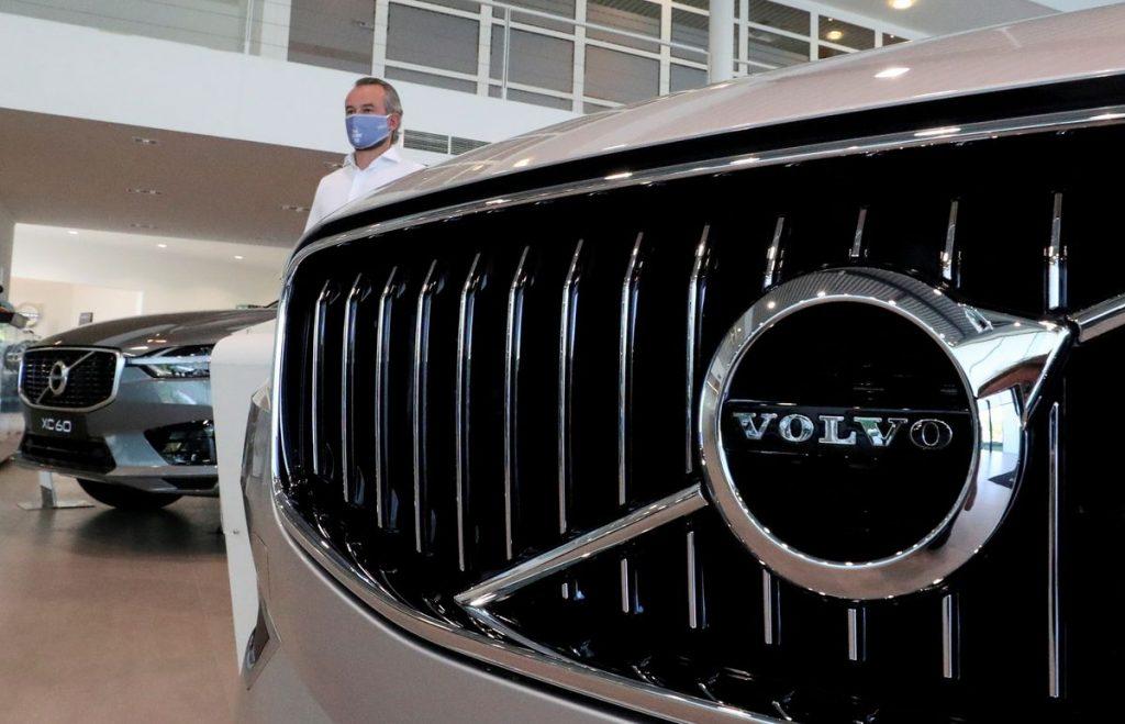 Volvo Cars Geely предупреждает о продажах, поскольку проблемы с поставками снижают объемы производства