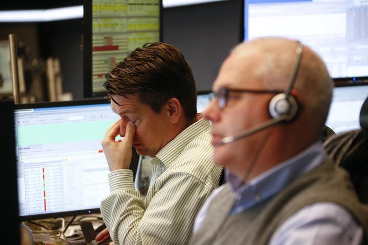 © Reuters. Европейские фондовые индексы снизились на фоне политического кризиса в Италии