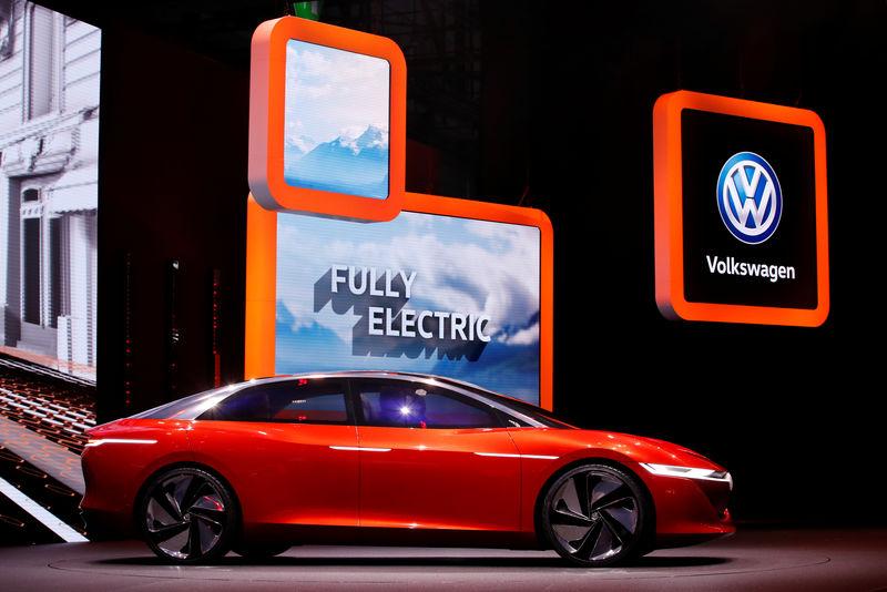 Продажи Volkswagen упали на треть в мае