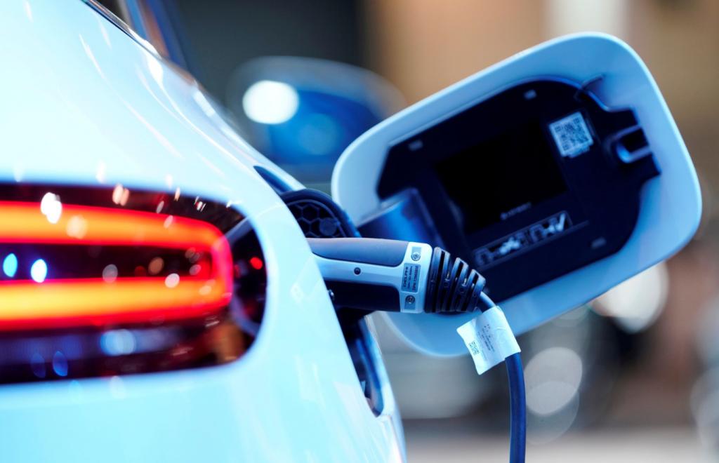 Mercedes-Benz нажимает на газ в гонке на электронных автомобилях с Tesla