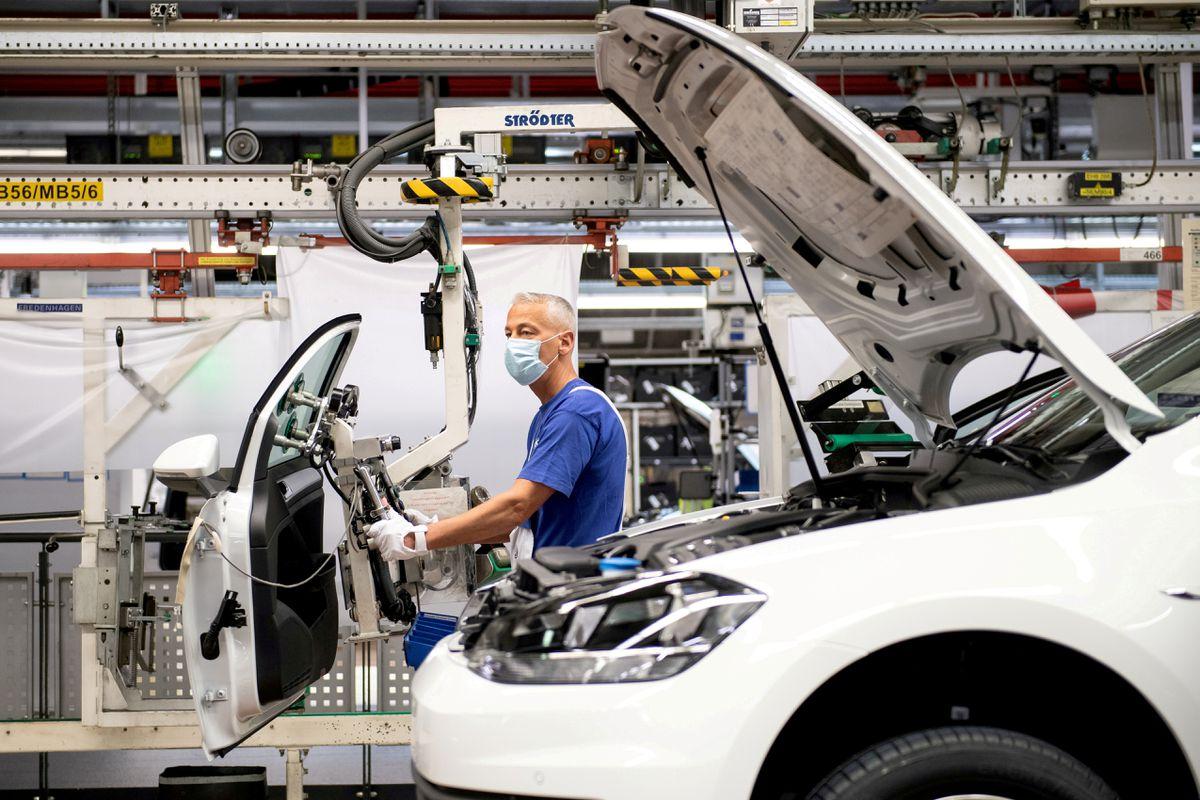 Tesla подталкивает Volkswagen к ускорению перехода на электромобили
