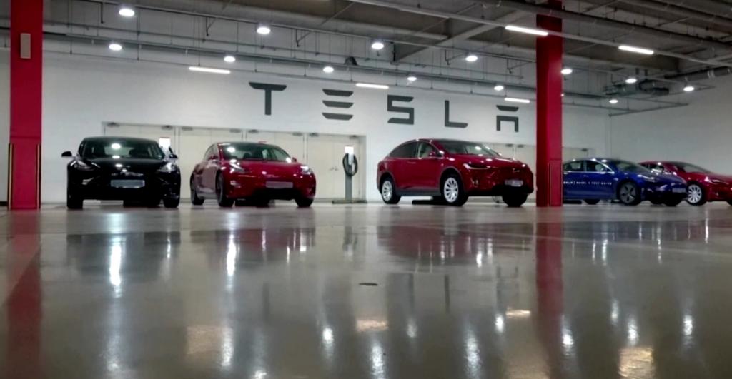 Вопросы безопасности беспилотного вождения Tesla