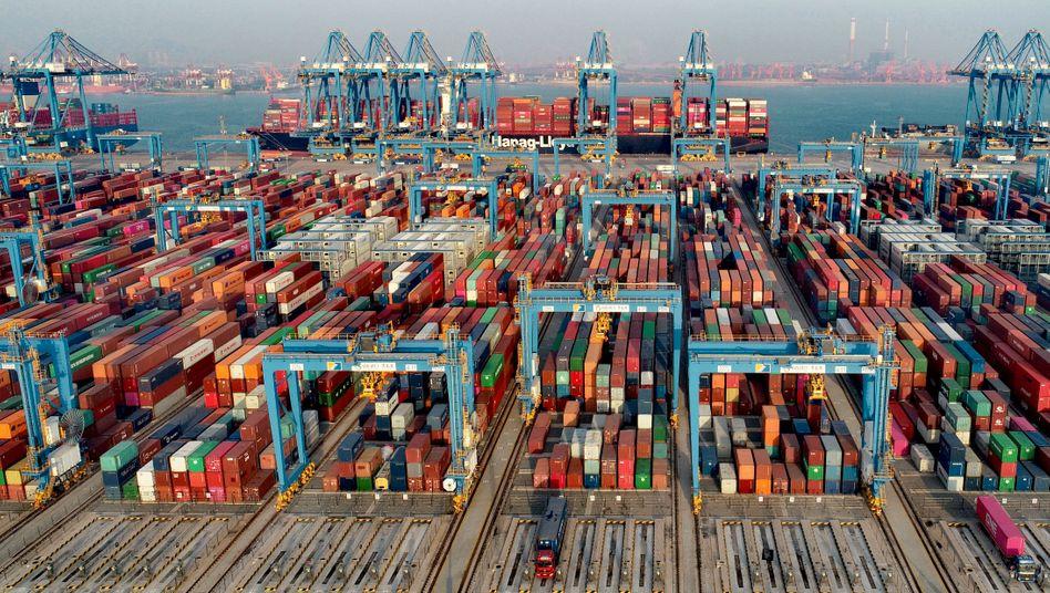 Контейнерный порт в Циндао, Китай: поддержание цепочки поставок Фото: изображения VCG / imago