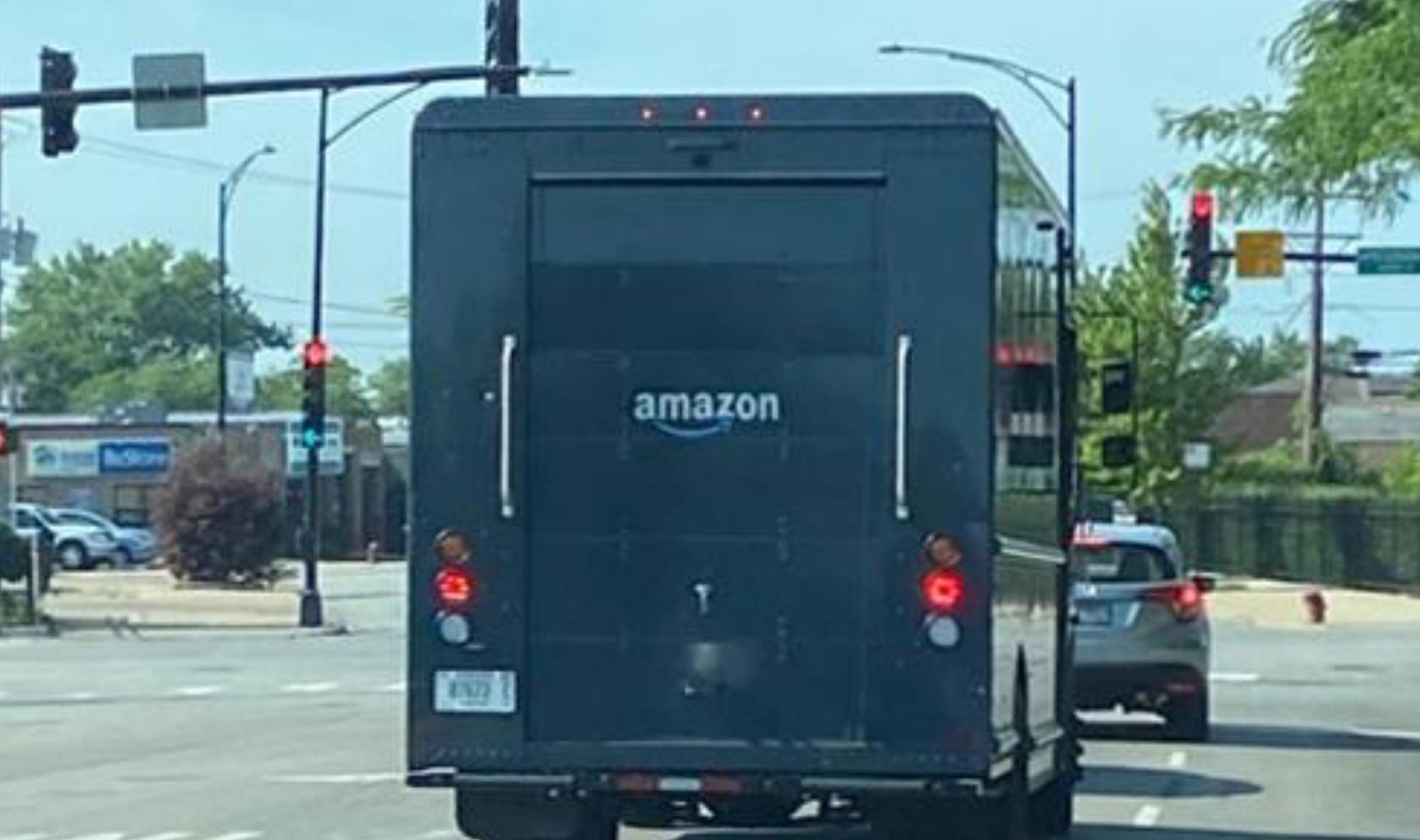 """Новый грузовик доставки Amazon """"walk-in"""" можно увидеть в Чикаго, штат Иллинойс, 28 июня 2020 года. REUTERS/PJ Huffstutter"""