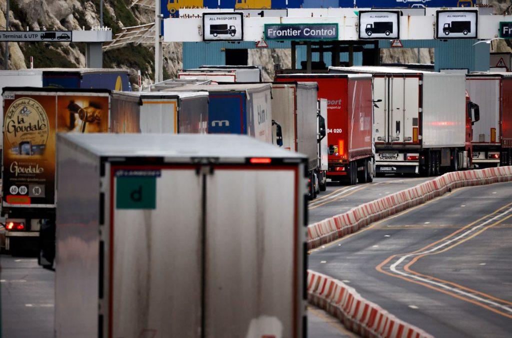 Британия может столкнуться с нехваткой продовольствия из-за кризиса с водителями грузовиков