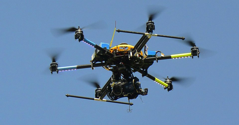 Канадцы представили дрон, который умеет садиться на стены