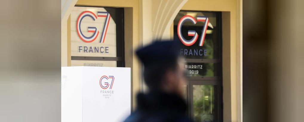 Французские полицейские стоят на страже возле пляжа Гран-Плаж в преддверии саммита G7 в Биаррице, Франция, 22 августа 2019 года. REUTERS/Sergio Perez